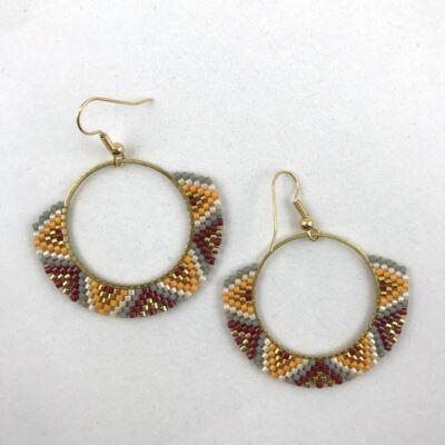 Kulørte og anderledes hoops. Øreringe håndvævet af delica-perler. Dansk design fra Perlighed.
