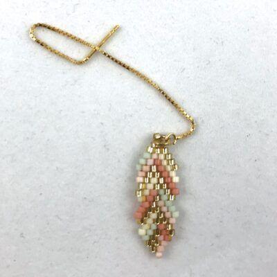 Feminin ørekæde med et blad af håndvævede miyuki-perler. Dansk design fra Perlighed.