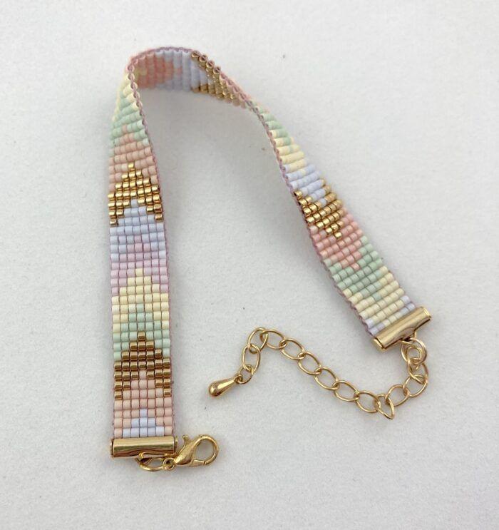 Kulørt perlearmbånd med 7 rækker vævede miyuki-perler. Dansk design fra Perlighed.