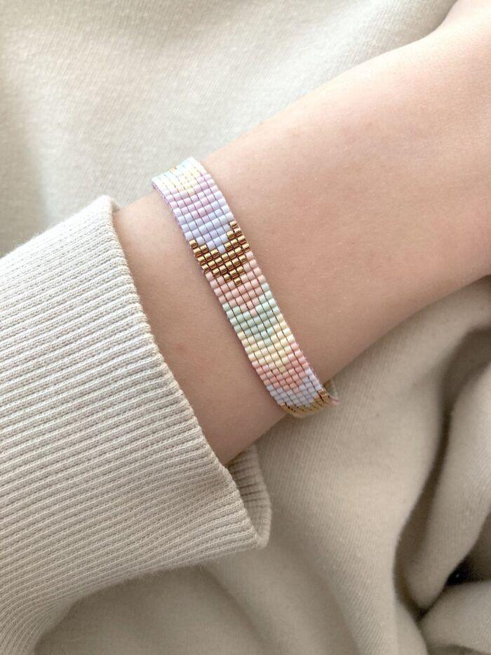 Perlearmbånd i pilemønster af pastelfarvede japanske glasperler - miyuki. Dansk design fra Perlighed.